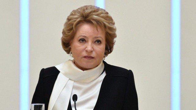 رئیس پارلمان روسیه نامه پوتین را به اون می دهد