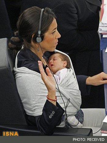 دختر 2 ساله پای ثابت جلسات مجلس اروپا!