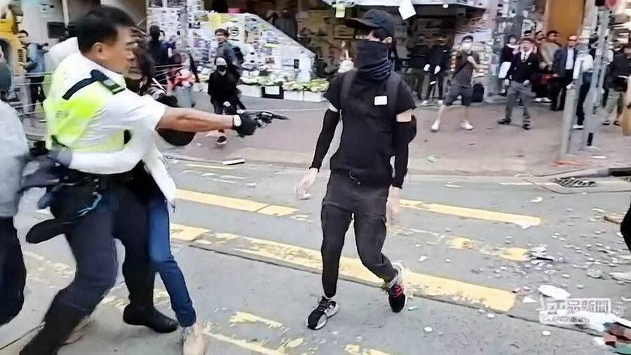 فیلم، شلیک پلیس هنگ کنگی از فاصله نزدیک به یک معترض