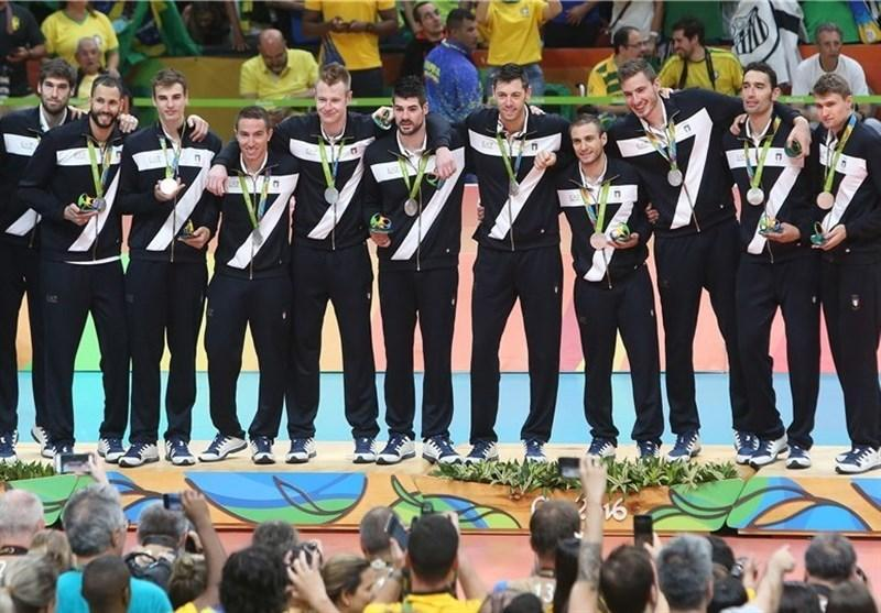 نمایش مدال نقره المپیک تیم ملی والیبال ایتالیا در یک اجلاس مالی